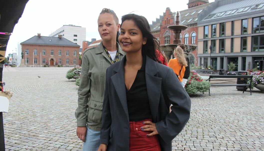 Irene Bakkevold og Jaya Helena Seljestad mener at de gjentatte hærverkene på regnbuen på Torvet i Kristiansand, viser at den er nødvendig. Skadene er lappet sammen med blomster, pleksiglass og stjerner fordi kunstnerne ønsker at folk skal se at den er angrepet.
