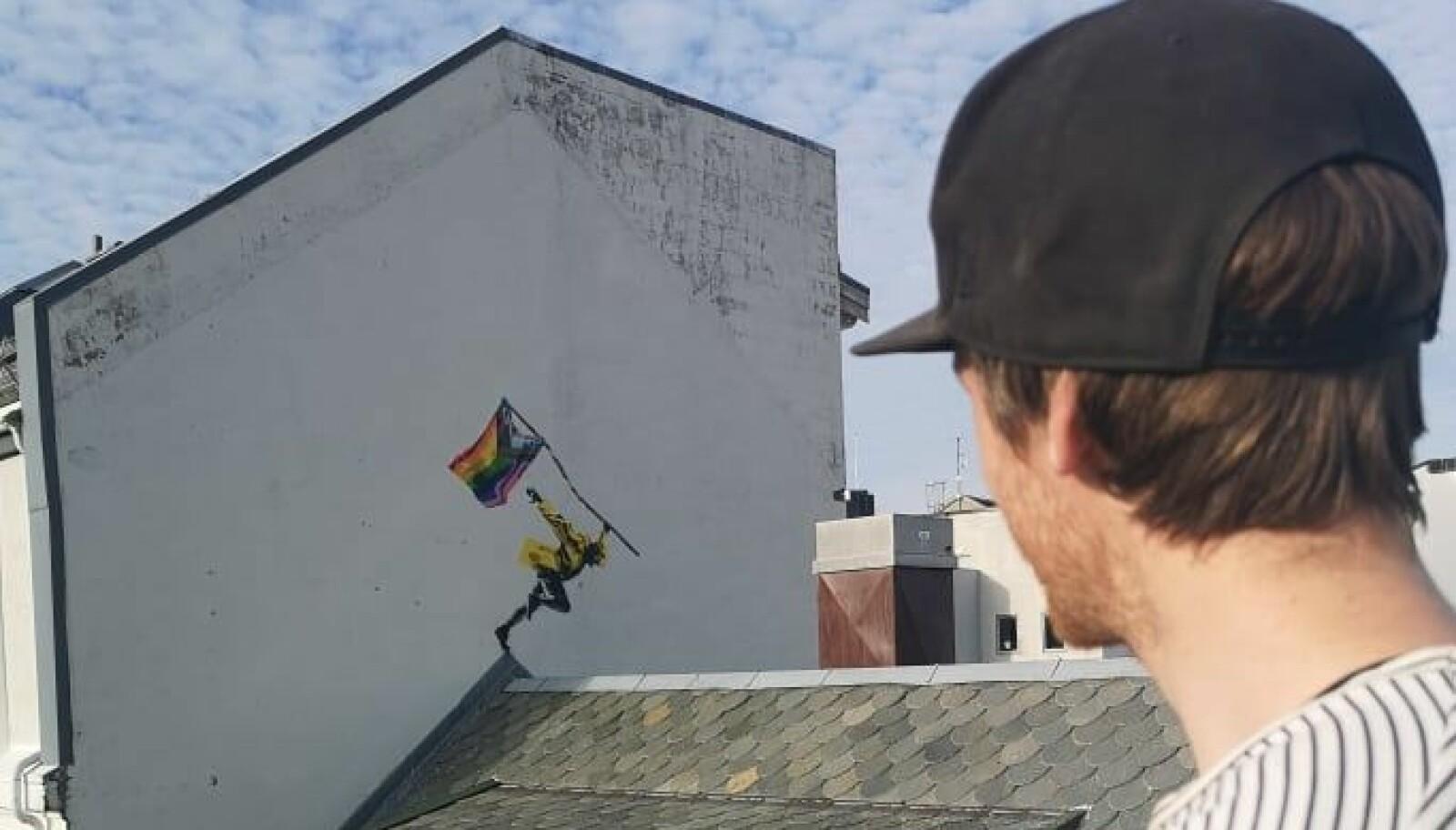 I Strandgata 2 kan du se Harstad Prides store pridekunstverk, laget av Prøvetrykk.