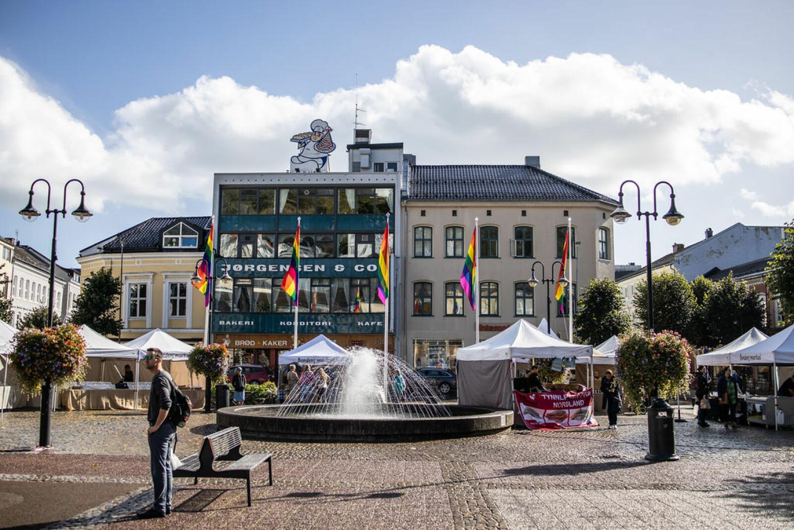 I år skal Arendal igjen pyntes i regnbuefarger.