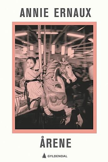 Annie Ernaux regnes som en av Frankrikes aller største forfattere. I «Årene» forteller hun om en kvinnes liv og om Frankrike i perioden 1941 til 2006. Hun reflekterer over kvinnens erfaringer som mor, datter, hustru og ikke minst som skrivende.