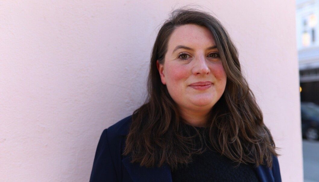 Bokdebutanten Stina Vogt har en master fra Litterär Gestaltning i Göteborg. «Men hvordan skal jeg gråte når det blomstrer så voldsomt langs veiene?» er en poetisk fortelling om tre generasjoner kvinner under samme tak, der samholdet er sterkt og barndommen fri.