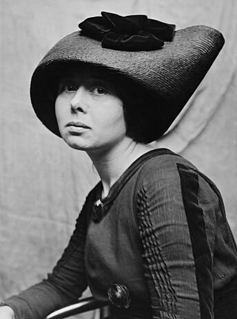Cora Sandel var en norsk forfatter og kunst- maler. Alberte-trilogien skildrer en ung kvinnes kamp for å realisere seg selv og bli selvstendig i en tid med sterke normer og krav.