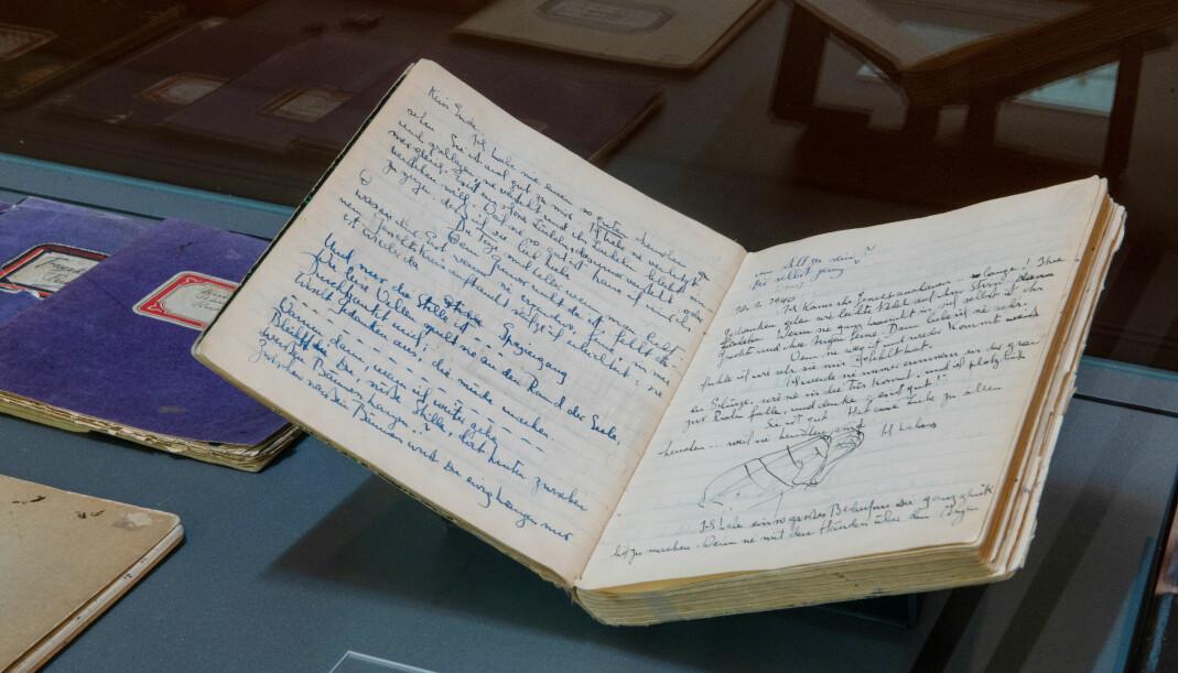 I Nasjonalbibliotekets utstilling «Ja er det korteste ordet i verden» kan du blant annet se dagbøkene til Hofmos kjæreste, Ruth Maier.