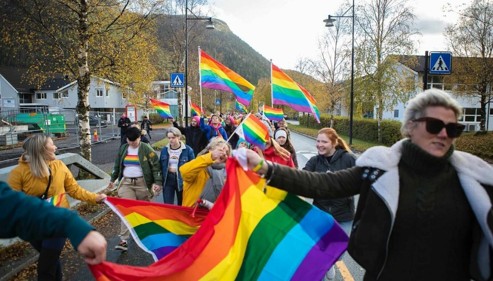 Åfjord Pride arrangeres for andre gang i år. Bildet er fra fjorårets parade gjennom sentrum.