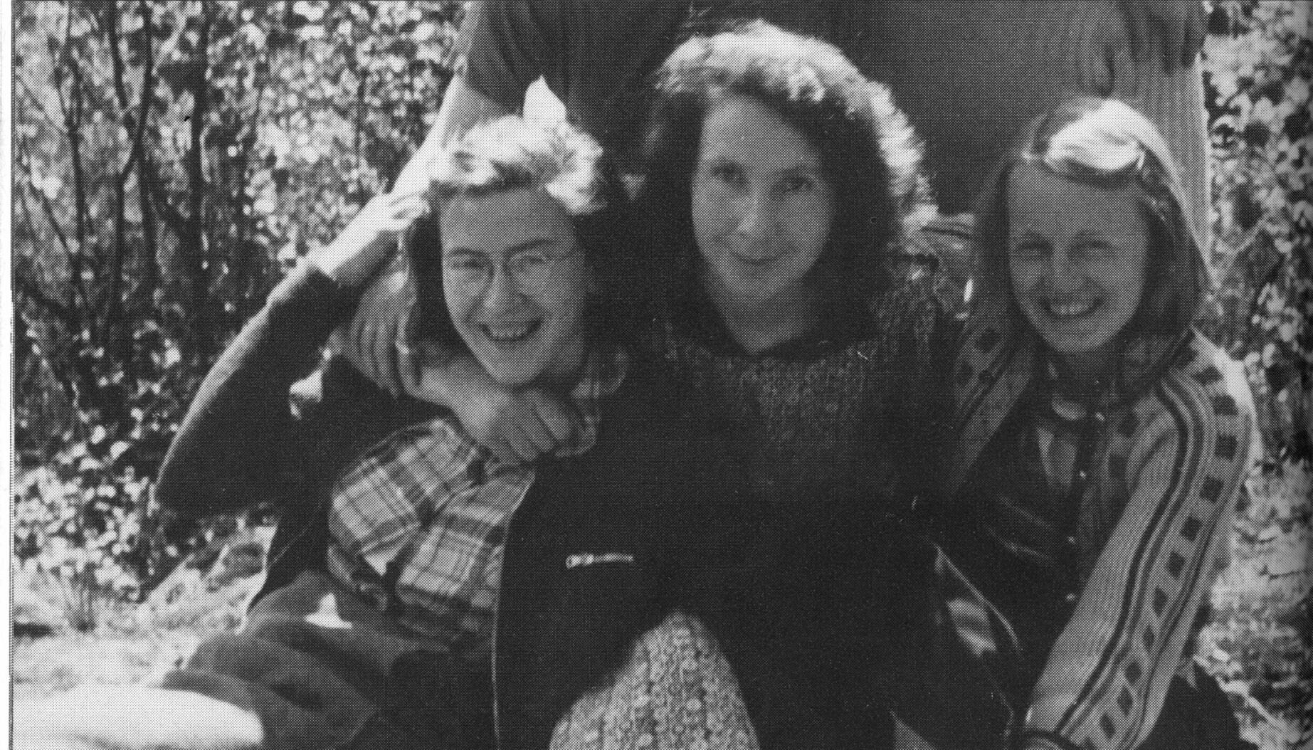 Fra venstre: Ruth Maier, Gunvor Hofmo og Karen Schou. «Jeg så min venninne, / den eneste, jeg så henne / gå, for å dø», skrev Gunvor Hofmo i det selvbiografiske diktet «Jeg har våket» fra 1954. Den eneste er Ruth Maier, flykningen fra Wien, som ble deportert fra Oslo til Auschwitz i 1942.