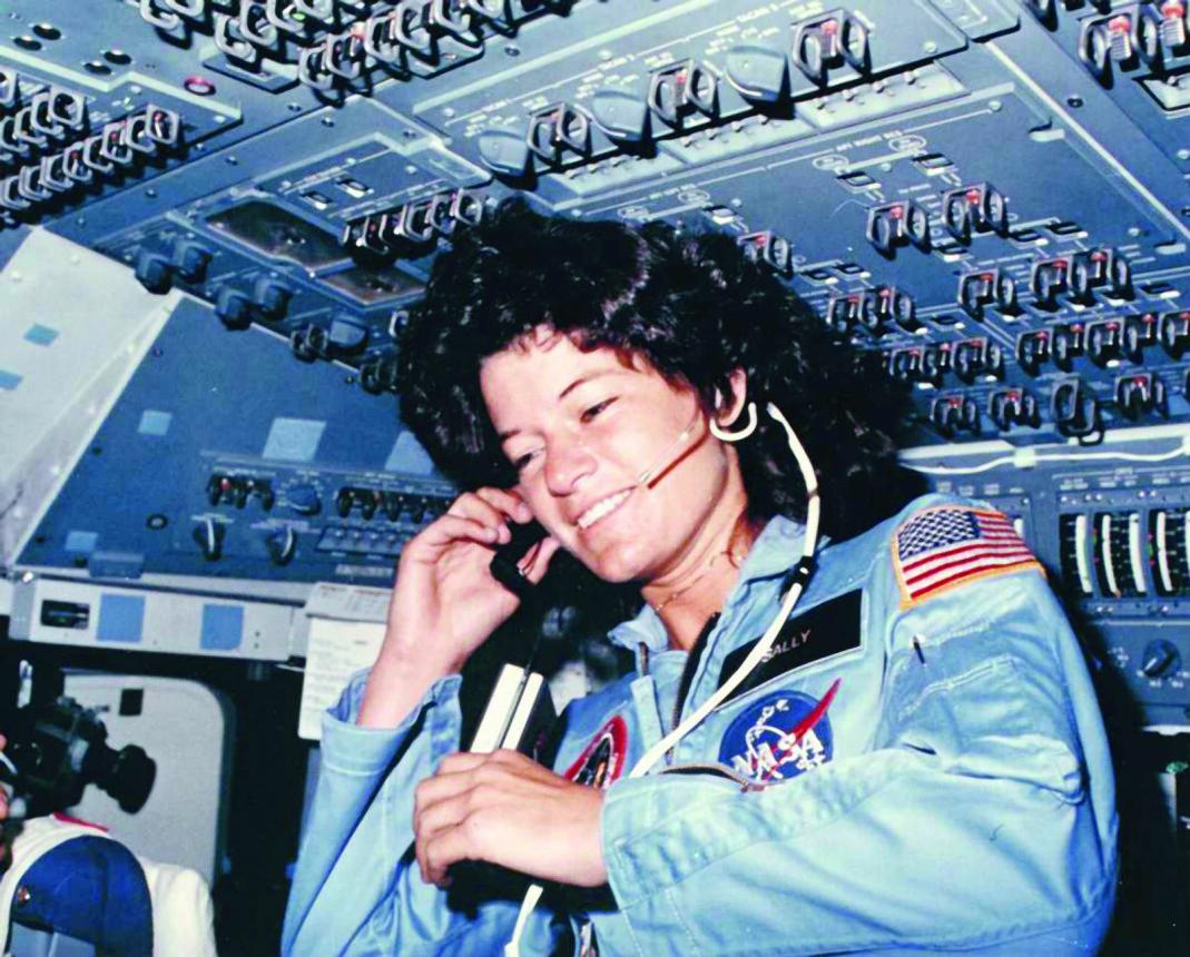 Sally Ride flyter fritt og kommuniserer med bakkekontrollører i Houston under sitt STS-7-oppdrag i juni 1983. Astronauten sto først fram som lesbisk i sin egen nekrolog.