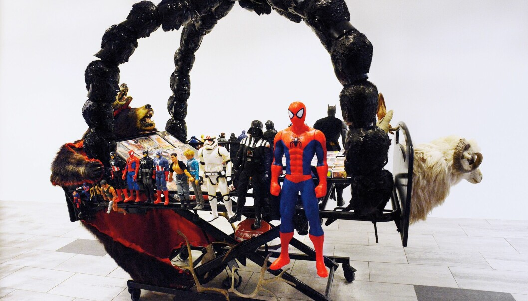 Pride Art-leder Frederick Nathanael har samarbeidet med kunstneren Vegard Øidvin om installasjonsserien «Gaying». På Wunderkammer-utstillingen vises de «Thorsvogna» (2019).