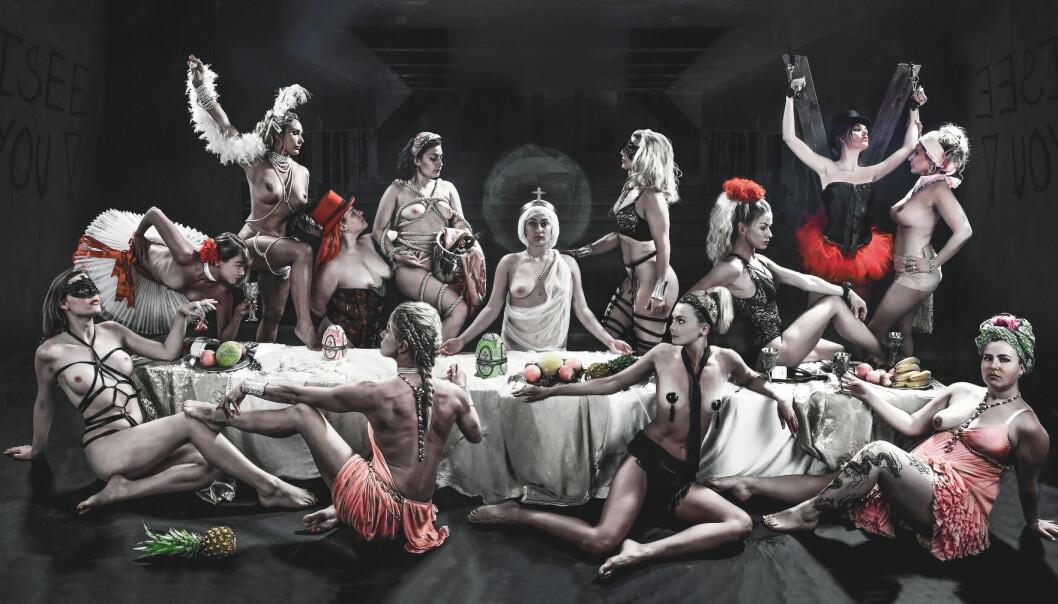 Tove-Mari Odderdal stiller ut verket «At the last supper we shall not be ashamed», en kombinasjon av maleri og fotografi.