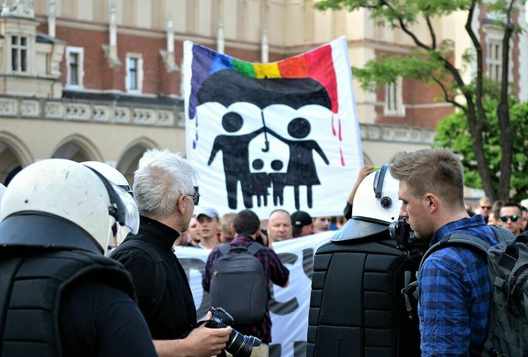 Nasjonalister protesterte på sidelinjene under den polske byen Krakóws Equality March i 2018.