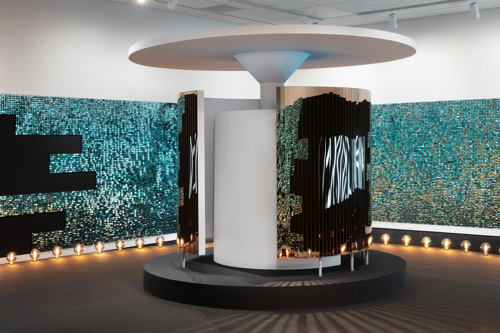 Et av verkene i Sætres nyeste utstilling minner om det offentlige urinalet i Stensparken i Oslo, på folkemunne kalt «Kjærlighetskarusellen», hvor homofile møttes i skjul. I dag er urinalet fredet som et kulturminne «som særlig representerer fellesskapets møteplasser og behov».