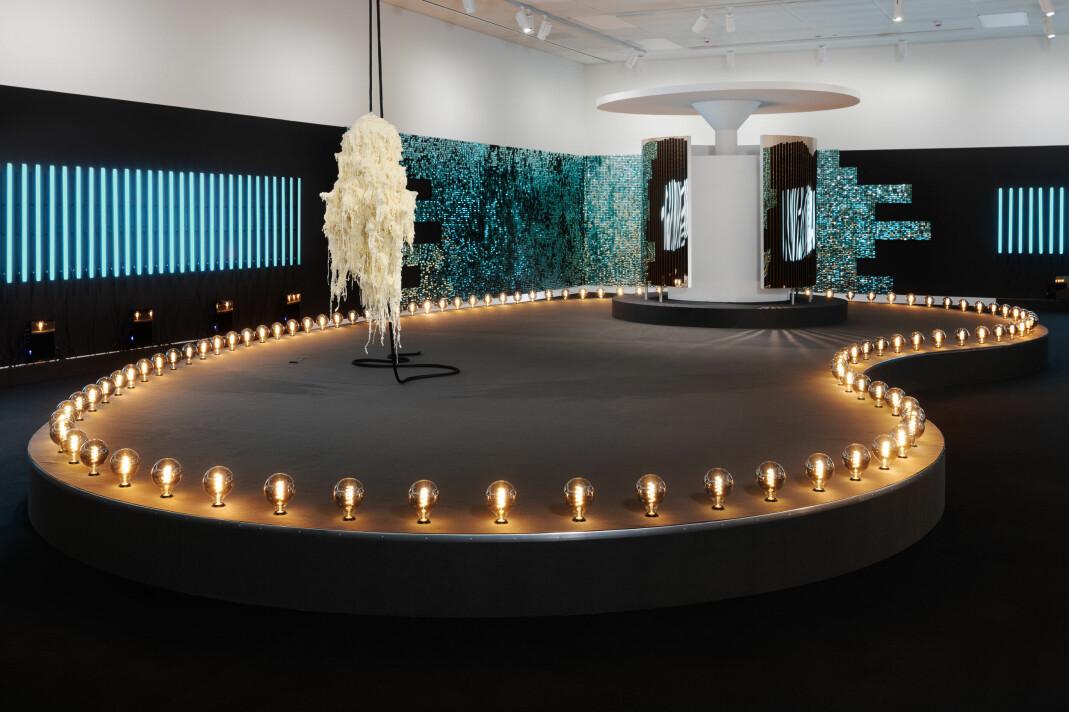 «Utstillingen (...) ligger helt klart an til å bli årets store kunstopplevelse», skriver NRKs kunstkritiker Mona Pahle Bjerke om utstillingen «The Sound of the Atom Splitting».
