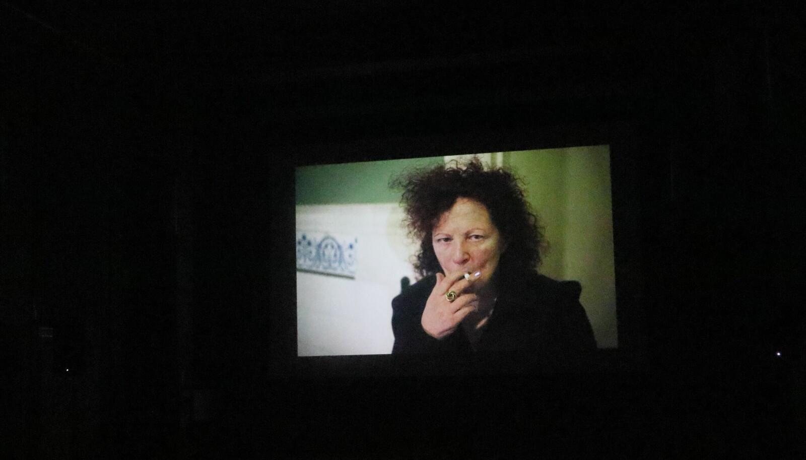 Stillbilde fra kunstfilmen « Memory Lost». I den skildrer Nan Goldin kunstnerisk hvordan det er å leve med og se verden gjennom en linse av misbruk. I det aller meste av den 24 minutter lange filmen er menneskene og motivene ute av fokus.