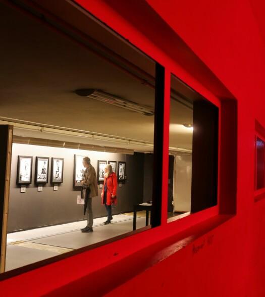 Oslo Negativ bruker også kjelleren, ganger og magasinene under hovedbygningen som visningssted. De katakombe-aktige arealene gir en særegen stemning for publikum som vandrer omkring mellom verkene.